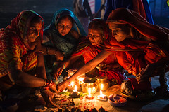 Kartik Purnima rituals - Sonepur, India (Maciej Dakowicz) Tags: light india night women religion celebration ritual hindu mela bihar sonepur gandak sonpur kartikpurnima