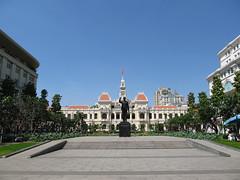 "Ho Chi Minh Ville: l'Hôtel de Ville et la statue d'Ho Chi Minh <a style=""margin-left:10px; font-size:0.8em;"" href=""http://www.flickr.com/photos/127723101@N04/24236763019/"" target=""_blank"">@flickr</a>"