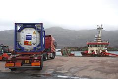 Volvo FH (Mrtainn) Tags: scotland volvo highlands alba escocia lorry fh alban szkocja esccia schottland westerross schotland ecosse lochalsh scozia skottland rossshire skotlanti skotland kyleoflochalsh broskos caollochaillse esccia skcia albain iskoya volvofh  rawtherapee  lochaillse gidhealtachd taobhsiarrois siorramachdrois scoia lraidh fergusontransport j12aft