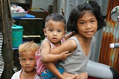 sister with brothers (the foreign photographer - ) Tags: portraits canon thailand kiss brothers sister bangkok piggyback khlong bangkhen thanon 400d