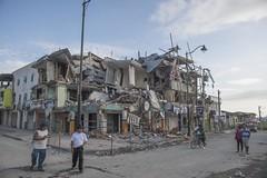 CASAS EN ESCOMBRO (FOTOGRAFOS UIO E.T.) Tags: ecuador gente via carmen pedernales terremoto negocio albergues