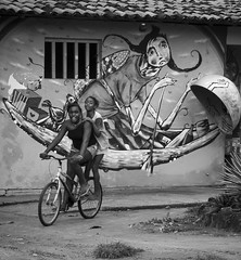 Contrasting moods (Cecilia A) Tags: barragrande itacaré penínsulademaraú passeiodeescuna candid streetphotography mural parede bicicleta bicycle bici vélo orelhão graffiti wallart telefonepublico publictelephone streetart limpo limpotu canon canont3i canon600d baíadecamamu maraú ©ceciliaa