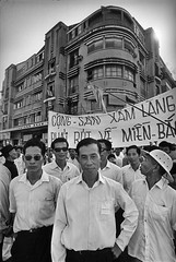 Saigon 1972 - Photo by Raymond Depardon (manhhai) Tags: processed midadult adult18to25years adulte1825ans qualitycontrolrequired