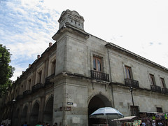 "Oaxaca: el Zócalo et ses arcades <a style=""margin-left:10px; font-size:0.8em;"" href=""http://www.flickr.com/photos/127723101@N04/25523474522/"" target=""_blank"">@flickr</a>"