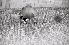 un parapluie pour deux (XX-C-II-NI) Tags: noiretblanc blackwhite street umbrela urban urbainkodak400tx canon pellicule argentique canonae1program