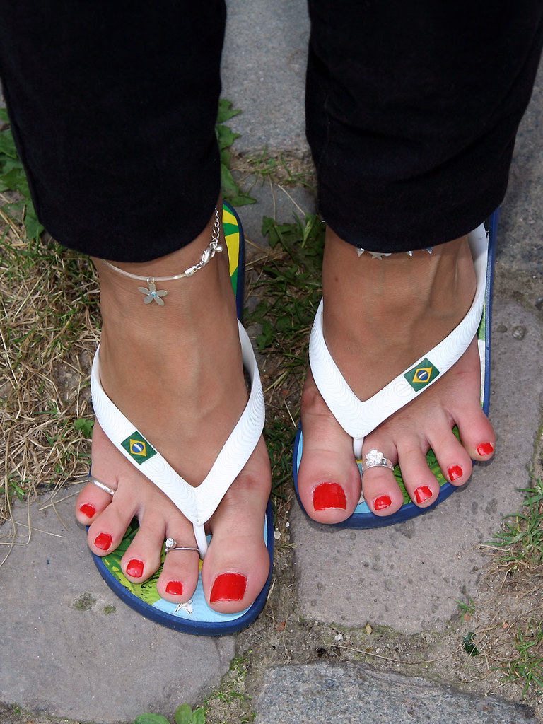 1494ba9303f912 Alicia in flip flops with red polished toes (sunnystreets) Tags  street  city feet