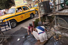 Kolkata...pour Pierre ;-) (Cathy Le Scolan-Qur Photographies) Tags: street india taxi ngc rue kolkata calcutta inde caniveau bengaleoccidental westbengale