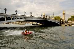 Paris : Pont Alexandre III (Pantchoa) Tags: paris france seine nikon eau police pont nuages bateau fleuve pontalexandreiii d90 horsbord moyendetransport 1685mmf3556