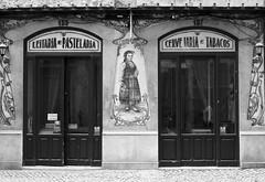 Fachada de Lisboa (John LaMotte) Tags: fachada puerta portugal porta door dintel doors infinitexposure lisboa lisbon lisabon bw blackwhite pretoebranco monocromo blancoynegro ilustrarportugal