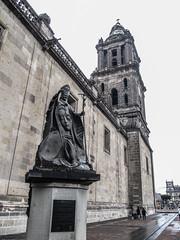 """la Cathédrale Métropolitaine de Mexico et statue de Jean-Paul II <a style=""""margin-left:10px; font-size:0.8em;"""" href=""""http://www.flickr.com/photos/127723101@N04/25263078019/"""" target=""""_blank"""">@flickr</a>"""