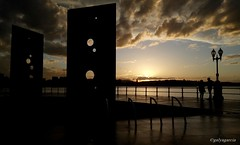 Je veux... (Galya Garca) Tags: sunset atardecer mar farola pareja gijn asturias amour cielo nubes turismo sombras xixn