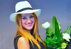 Bella modelo con flores. (eustoquio.molina) Tags: woman flores girl beautiful mujer chica modelo rubia bella sombrero femenine femenina