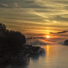 Brumes matinales (liofoto) Tags: sky sun france fog seine sunrise canon river eos rivire arbres nuages pniche reflets quai brouillard brume fleuve 6d levdesoleil yvelines 24105mm 24105l conflanssaintehonorine eos6d