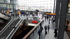 JH20160323_115405 (der_alltag) Tags: berlin eisenbahn bahnhof db hauptbahnhof ag halle bahnhofshalle