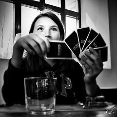 PORTRAIT (ManuDomp'S) Tags: bw 3d portait nb hideandseek sourire cardgame visage jeu noirblanc cartes deckofcards jeunefemme luminosit emmanueldomps