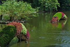 Als een slang in het water (Arnold Metselaar) Tags: park france kunst sculptuur nantes vijver fietsvakantie