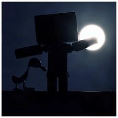 the moon, the moon kept me awake - Danb (steffi's) Tags: moon silhouette japan backlight lune toy mond manga luna merchandise backlit spielzeug figur backlighting gegenlicht yotsuba danbo wellpappe objectphotography danbooru indooractivities danboard  kiyohikoazuma   kartonmnnchen danb kartonschachtelroboter