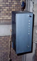 "De 19-inch kast gaat met mankracht naar boven (2) • <a style=""font-size:0.8em;"" href=""http://www.flickr.com/photos/138153827@N08/24571909472/"" target=""_blank"">View on Flickr</a>"