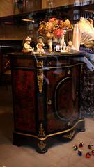 26-10-15 082 (Jusotil_1943) Tags: flores madera ramo figuras mueble porcelana 261015