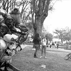 Las damas del parque (Felipe Cárdenas-Támara) Tags: rolleiflexautomat6x6modelk4a rolleiflexjune1951march1954 rolleiflextlr zeissjenatessar3575 kodaktmax expiredfilm analoguephotography análoga fotográfosdecolombia fotografíaanáloga artesanos usaquén outdoors ventas calles colombia colombianphotographers felipecárdenastámara felipecardenasphotography
