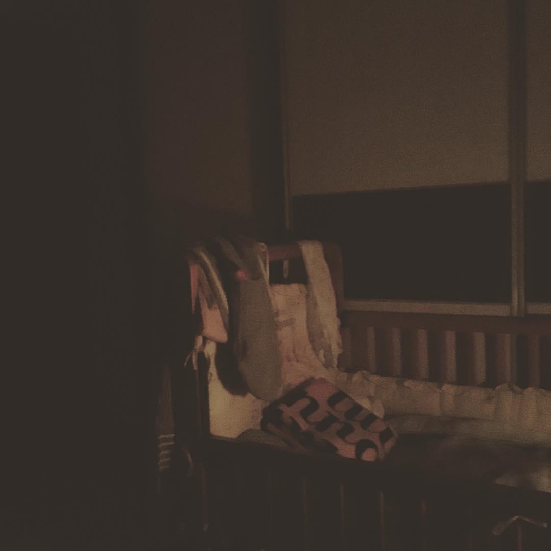 夜哨⋯ 微弱的夜燈,彷彿吹奏著晚安曲 寧靜的空氣,似乎充滿著瞌睡蟲 小小的身軀趴在床上,時而呢喃 躡手躡腳前往查看 你依然熟睡著 而妳⋯也跟著不放心的醒來 睡吧、睡吧⋯⋯ 我的寶貝們,請讓我可以盡這一份微薄心力照顧你們吧 因為你們,讓我明白過去的他們是如何用心 因為你們,讓我了解歡喜的付出是不求回報 因為你們,讓我看見不同的感受是如此無價 我⋯愛你們