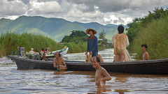 Une pause mrite (cyril4494) Tags: lake water boat nikon eau champs lac fields myanmar inle crops motor pirogue moteur birmanie famers agriculteurs d700