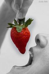 21-Sentidos (Carolina R. S.) Tags: rojo comida fruta mano boca placer sentidos fresa