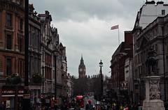 Trafalgar Square (Pauliti) Tags: england london square trafalgar londres bandera vista reino unido