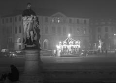 la giostra (conteluigi66) Tags: nebbia statua giostra notte sera pratodellavalle illuminazione giostrina
