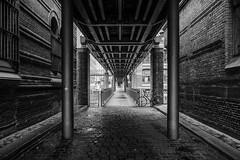 Unterm Kibbelsteg (REAL PLUS) Tags: hamburg sigma stadt architektur brcke speicherstadt steg hafencity weltkulturerbe schwarzweis 1835mm strase stadterkundung