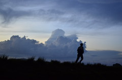 (idilucb) Tags: sunset shadow people silhouette clouds landscape freedom alone cloudy profiles free run ombre libert nuages paysage tana madagascar personnes coucherdesoleil runningaway antananarivo malagasy nuageux courir seulaumonde malgache tananarive malgaches widelandscape profils