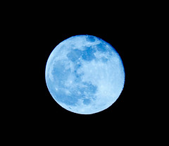 Blue moon (Balka Photography) Tags: moon astrophotography astronomy hold bluemoon csillagszat