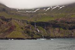 Kolme putousta (ikithule) Tags: sea cloud snow mountains water rock iceland kallio coastline lumi meri maisema vesi vesiputous pilvi vuori jannemaikkula fatefall rantaviiva ikithule