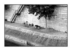 Quai de Seine n. 10 (Franco & Lia) Tags: street blackandwhite paris noiretblanc biancoenero parigi laseine photographiederue fotografiadistrada 2485f284