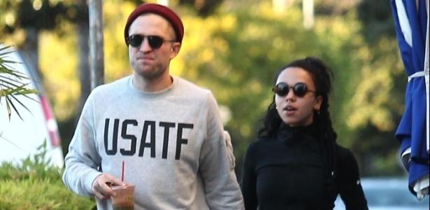 Robert Pattinson cancela casamento com a cantora FKA Twigs