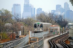 Green Line arriving at Pulaski (Cragin Spring) Tags: city urban usa chicago skyline skyscraper train subway illinois midwest unitedstates unitedstatesofamerica chitown el il transportation l westside elevated garfieldpark greenline chicagoillinois chicagoil windycity chicagosubway