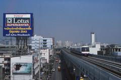 Thailand - Bangkok - Skytrain (railasia) Tags: skyline thailand 2000 bangkok arrival infra bts sukhumvit thirdrail onnut emu3 sukhumvitline routenº1 elevatedstructure metrosubwayunderground