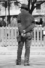El vaquero de las bochas (Manutero) Tags: barcelona blackandwhite espaa blanco cowboy y negro ocio vaquero bochas jubilados