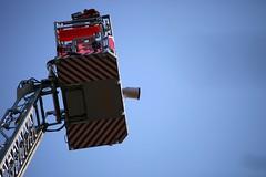 Ausguck (StellaMarisHH) Tags: rot canon deutschland europa hamburg himmel blau tamron feuerwehr korb 70300 drehleiter objektiv 600mm photoscape 5dmkii canoneos5dmkii eos5dmkii