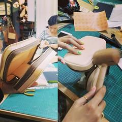 จะเย็บมือเราก็สามารถทำงานกระเป๋าเย็บกลับแบบเนียนๆได้นะครับ ใบนี้นี่นักเรียนเย็บมือนิ่งเป็นจักรเลยครับ #livefromclassroom #craftsmangus #leathercrafts #workshop #studentworks #vegtanned  #handstitch #flipstitch
