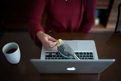 Relax (Chris Buhr) Tags: leica chris bird mac massage mp mm 35 summilux nymphensittich kraulen buhr macbook kopfmassage genieser