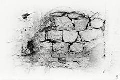 Il muro della casa del fantasma (Eugenio_81) Tags: blackandwhite italy architecture monocromo ancient italia ghost cassino pietra antico fantasma architettura biancoenero lazio trama mattoni allaperto pietraantica huaweip8lite