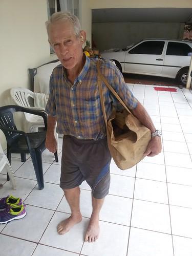 Mr.Juvenal Triaca med en väska multianvändning i Brasilien.