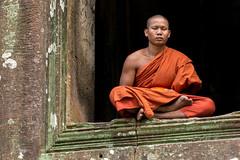 Cambodia 2015 (Marianne Zumbrunn) Tags: orange color colour green grey nikon cambodia kambodscha prayer monk buddhism angkorwat wat 70200mm mnch 2015 buddhismus d610 nikon70200mm