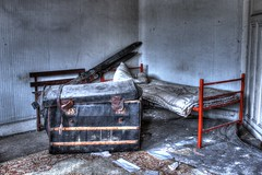 La chambre secrte... (urban requiem) Tags: old urban ski france abandoned lost hotel bed bedroom decay room zimmer lit skis exploration chambre derelict hdr verlassen urbex abandonn rdb malle relais 600d coffre hotelrelais hotelrdb