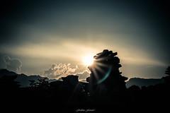 Ultimes Lumires (Frdric Fossard) Tags: nature montagne alpes soleil noir lumire horizon ciel contraste nuage paysage soir crpuscule vignettage calme coucherdesoleil clart hautesavoie kairn rayondesoleil luminosit bordurephoto