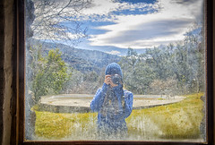 Judit detrás de la ventana. (josemiirodriguez) Tags: naturaleza verde rio azul relax ventana nikon arboles gorro paisaje colores andalucia momento cielo granada nubes marco montaña cristal camara trevelez judit alpujarra 33mm seleccionar d7100