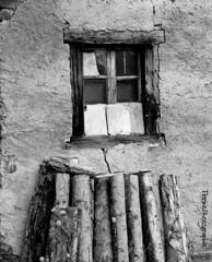 Fentre du Vieux Grenier (florinephotographies) Tags: blackandwhite photography photo noiretblanc fentre bois monochrone btisse vitrebrise vieillebtisse anciengrenier
