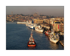 Les couleurs de l'ailleurs (eric_47) Tags: city sea urban mer building landscape boat eau europe istanbul turquie bateau paysage btiment ville urbain