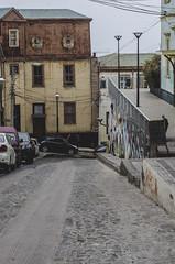 Valparaíso, entre Calles y Colores. (Luci Borquez) Tags: chile street colors car architecture puerto photography muelle mar calle arquitectura colores graffity cerro casas valparaíso fachadas azúl